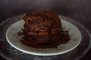 Tortitas de chocolate saludables con salsa de chocomiel